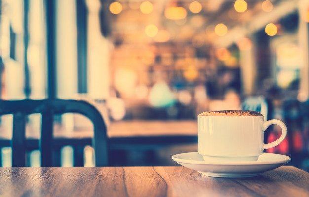 Kaffekop i en hyggelig café